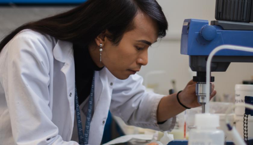 Tony, químico de Pai, desarrolla el desinfectante de manos Acton Spirit en Pai Lab
