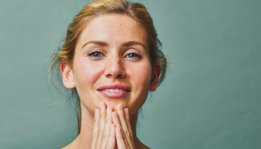 Pai Skincare Rosehip BioRegenerate Facial Oil se aplica a la piel