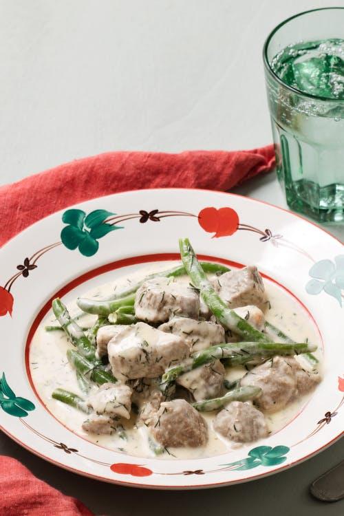 Estofado de cordero keto con salsa de eneldo y judías verdes