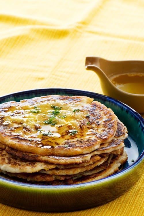 Pan keto naan con mantequilla de ajo derretida