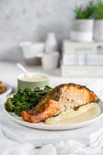Salmón keto al horno con pesto y brócoli