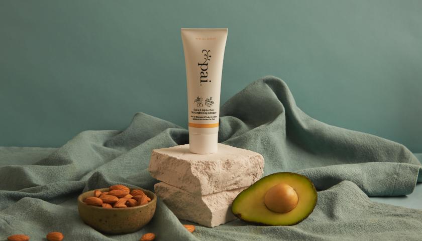 Pai Kukui & Jojoba Bead Skin Brightening Exfoliator: se desliza suavemente por la piel para eliminar las células muertas y las impurezas sin irritación ni daño.