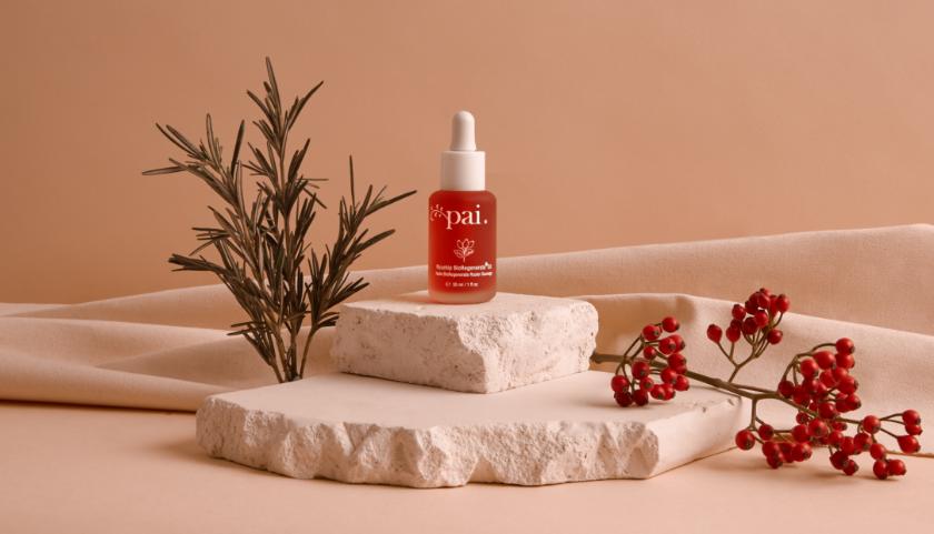 Pai Rosehip BioRegenerate Oil acondiciona profundamente la piel, mejora la firmeza y elasticidad y promueve un tono de piel claro y uniforme.