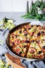 Pizza de calabacín baja en carbohidratos con pepperoni