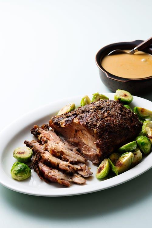 Asado de cerdo ceto a fuego lento con salsa cremosa