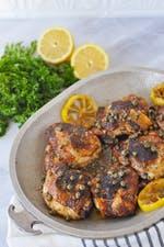 Muslos de pollo keto crujientes con salsa de alcaparras de mantequilla de limón