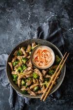 Pollo keto asiático salteado con brócoli