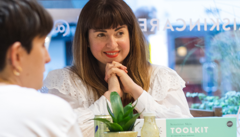 Lucy Sheridan en consulta en Pai Skincare Pop-up