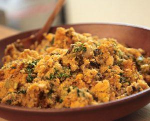 Recetas vegetarianas veganas de Acción de Gracias: relleno de pan de maíz vegano