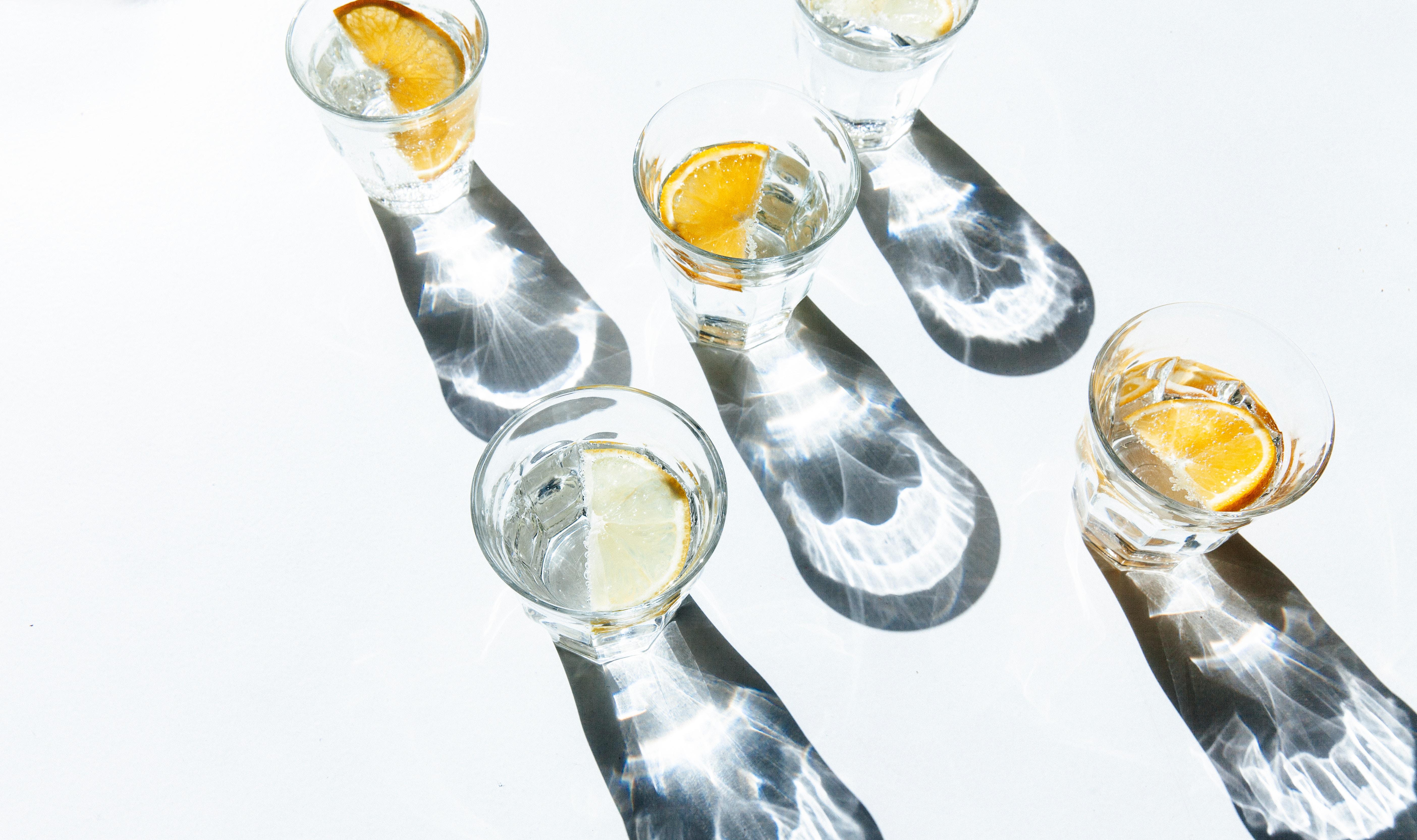 vaso de agua para hidratar la piel