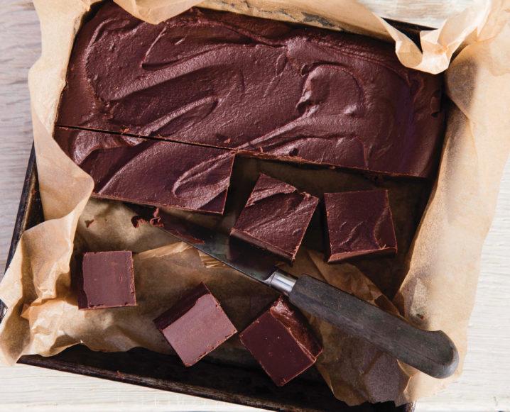 Malvaviscos + Fudge para una tabla de charcutería de chocolate caliente saludable