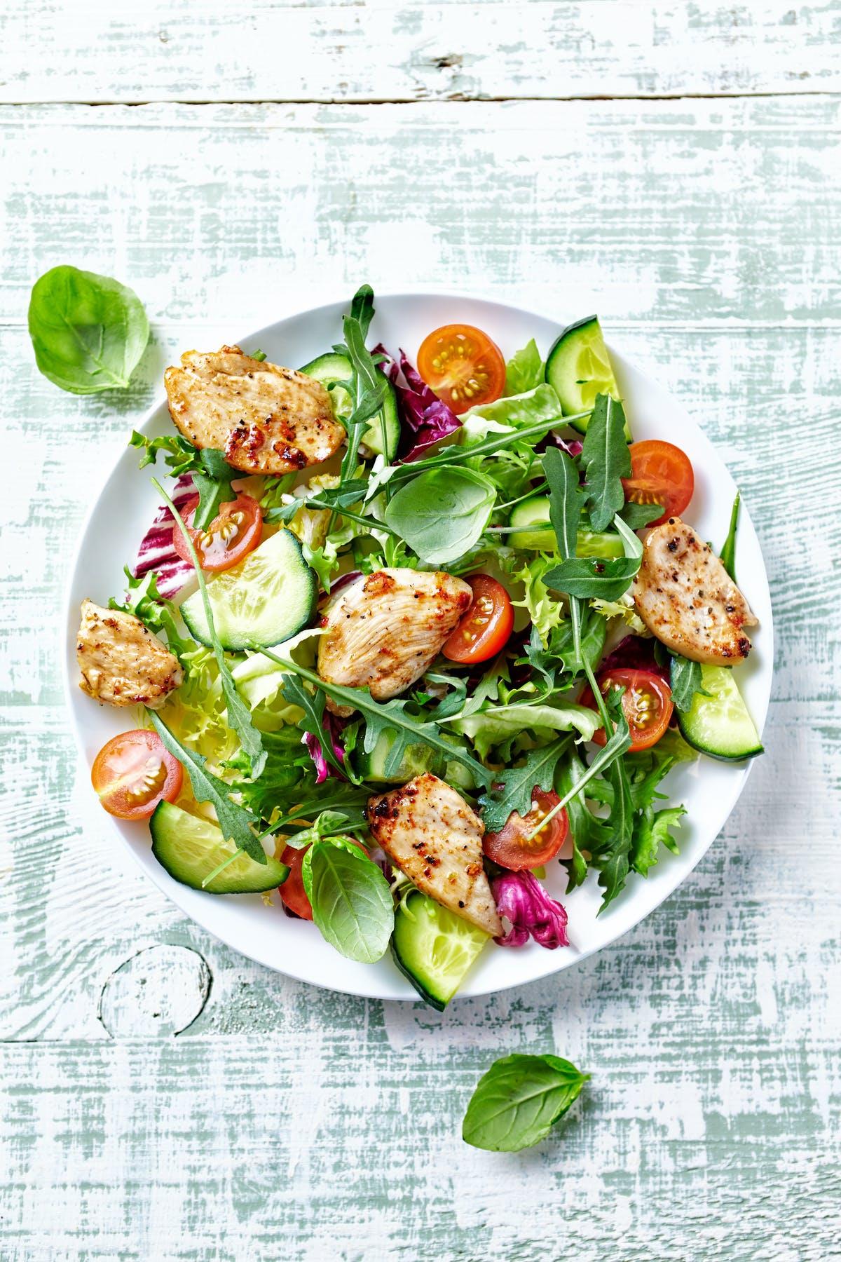 Ensalada de pollo con verduras de hoja y tomates cherry