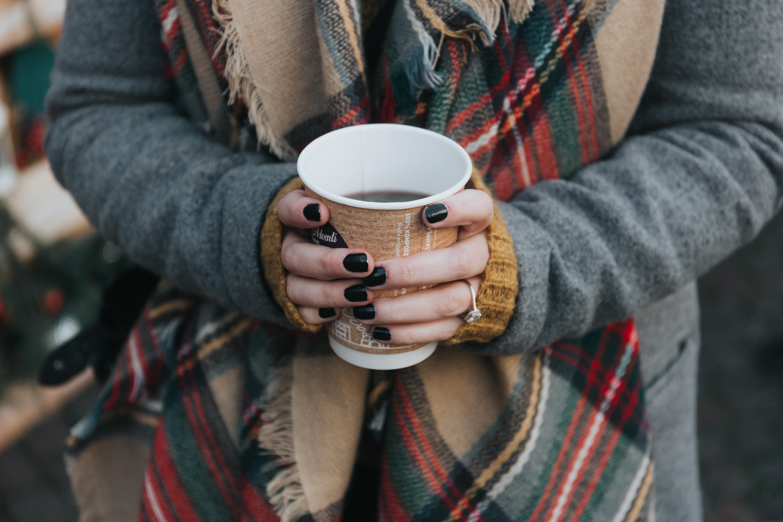 manos de invierno con cafe