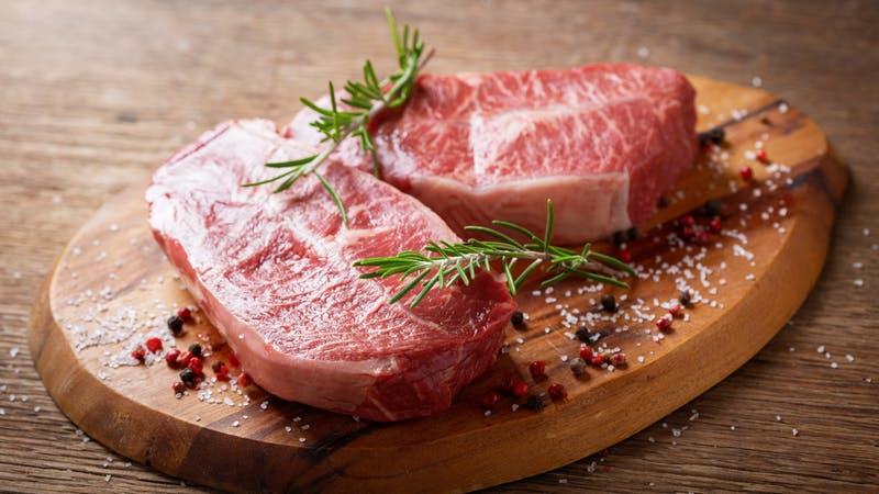 carne fresca con romero y especias