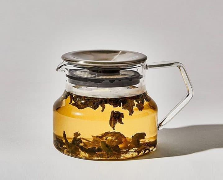 Por qué debería estar haciendo jarras de té helado de hierbas ahora mismo (sírvase en una copa de vino)