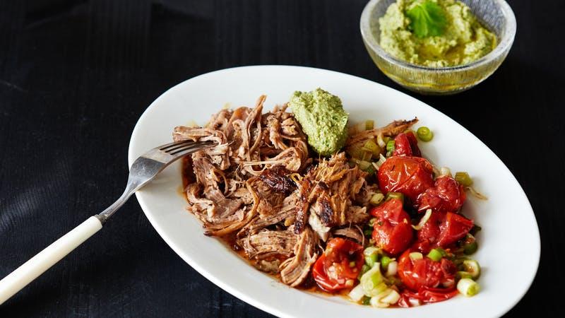 Cerdo desmenuzado keto con ensalada de tomate asado