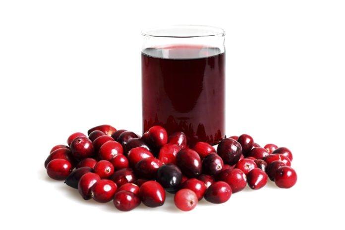 El jugo de arándano rojo trata la infección del tracto urinario y ayuda a perder peso